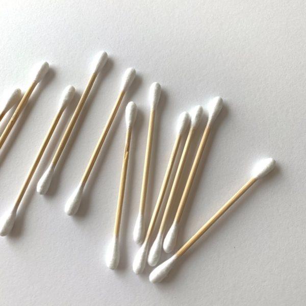 竹でできた綿棒の箱の中身